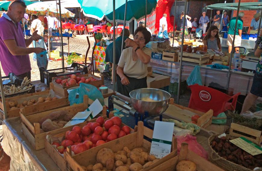 Vendedora portuguesa con los tomates de su huerto